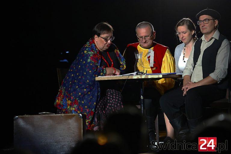 """""""Sami obcy"""", czyli teatralna opowieść o dawnej Świdnicy [FOTO/VIDEO]"""