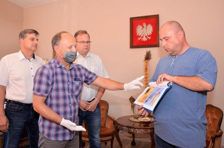 Unikalne zabytki trafiły do Żarowskiej Izby Historycznej. Wśród nich pruska szabla odnaleziona podczas rodzinnego spaceru