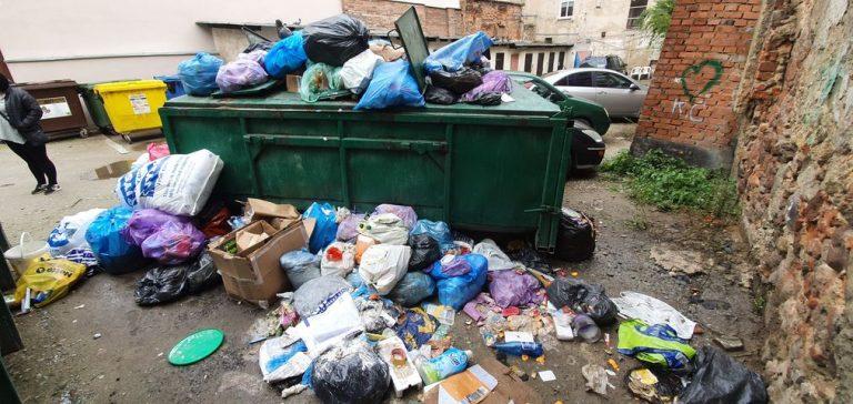 Góra śmieci na zapleczu ulicy Łukowej. ZOM opróżnił kontener, reszta śmieci została