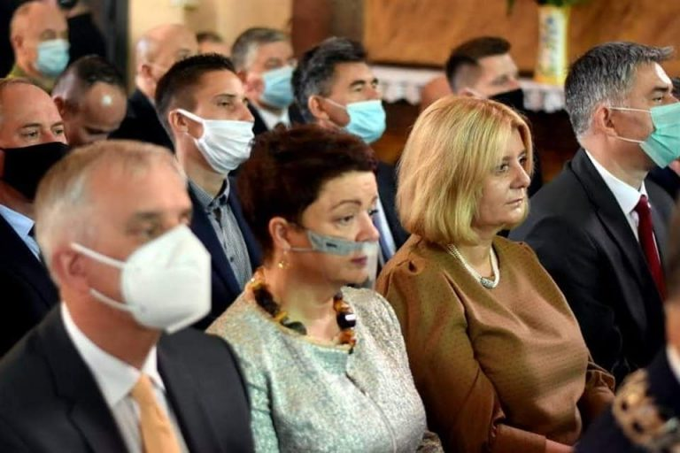 Nie zasłaniali nosa i ust, bo wykonywali obowiązki służbowe