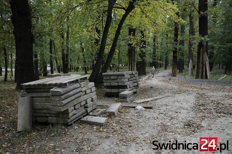 Prace w Parku Młodzieżowym stanęły w miejscu [FOTO]
