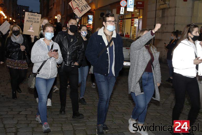 Blokada ronda w Świebodzicach, przemarsze ulicami Świdnicy i Strzegomia. Protesty przybierają na sile [FOTO/VIDEO]