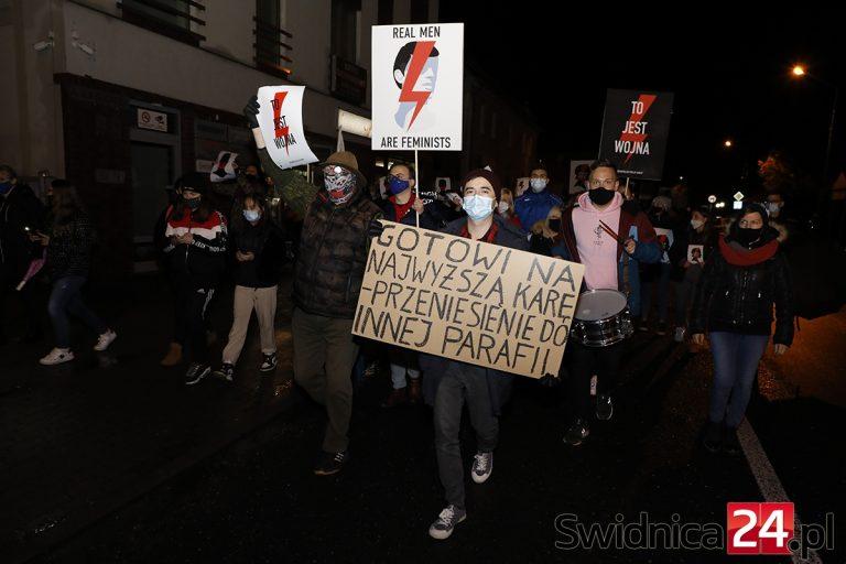 """""""Nie wierzymy prezydentowi"""". Protesty w Żarowie i Strzegomiu"""