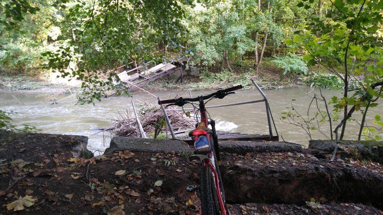 Rzeka zerwała kładkę między Wiśniową a Niegoszowem. O jej remont mieszkańcy apelowali od lat