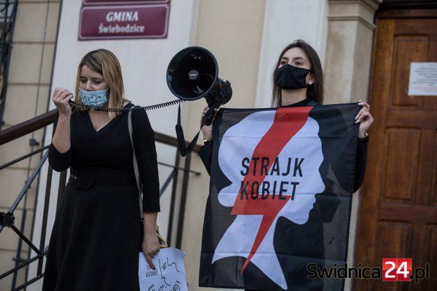 Kurator oświaty wszczyna postępowanie przeciwko nauczycielce ze Świebodzic za protest kobiet