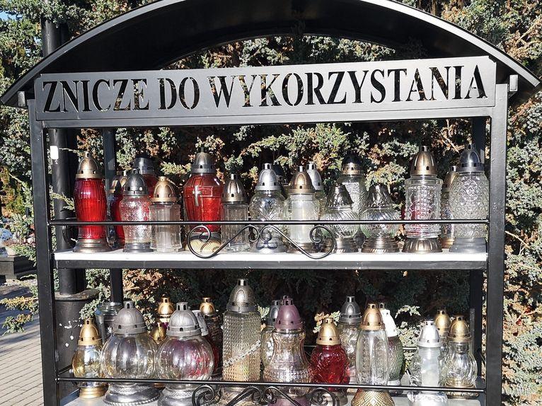 Regały na używane znicze pomogą ograniczyć ilość odpadów na cmentarzach?