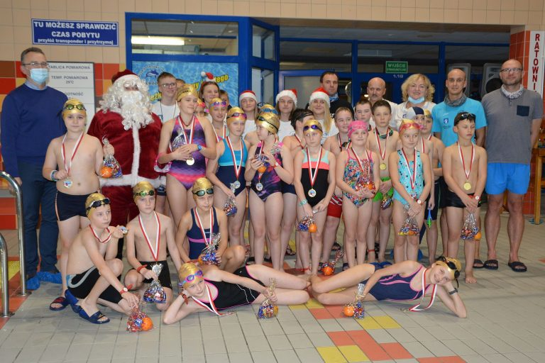 Pływackie mikołajki w Rekinie Świebodzice [FOTO]