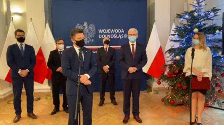 Miliony dostały głównie samorządy związane z PiS. Minister Dworczyk zaprzecza i krytykuje