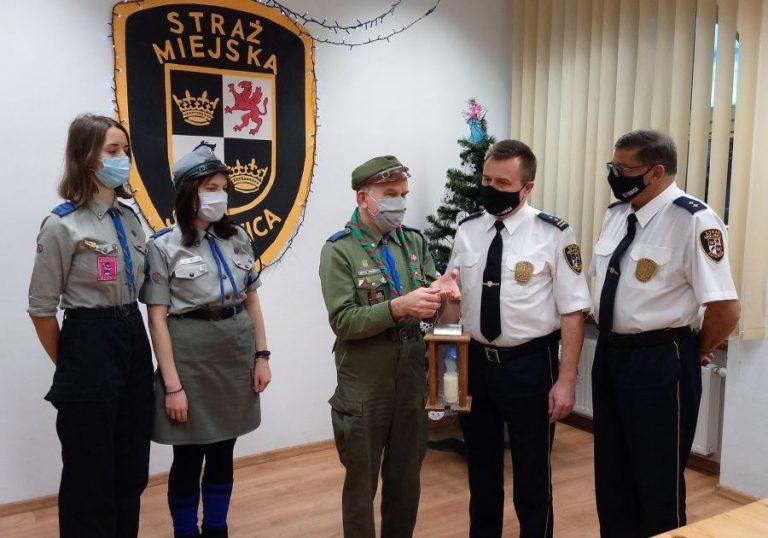Betlejemskie Światło Pokoju dotarło do świdnickiej Straży Miejskiej