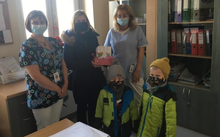 Przedszkolaki obdarowały pacjentów szpitala kartkami świątecznymi