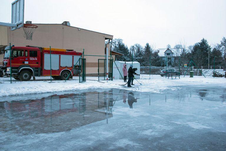 Strażacy zamienili boisko w darmowe lodowisko [FOTO]