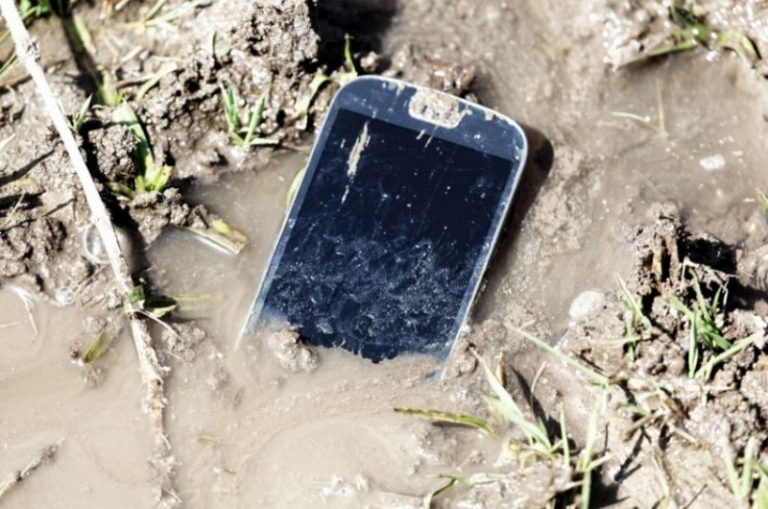 Naprawa zalanego telefonu – kiedy jest opłacalna i gdzie ją wykonać?