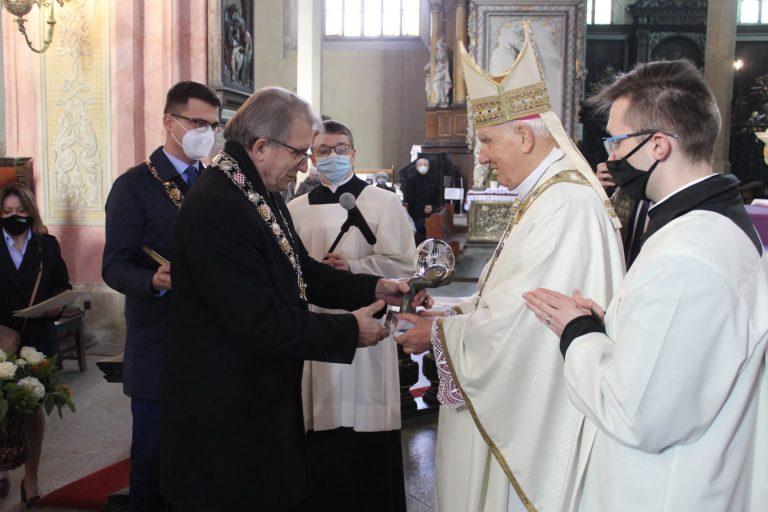 Sami swoi bez maseczek i dystansu. Tytuł dla biskupa Deca w Świdnicy wręczali nawet bez świdnickiego radnego