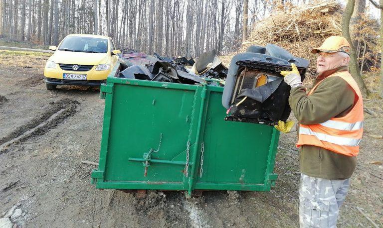 """Znikają kolejne dzikie wysypiska. """"To są tony śmieci. Włos sięjeży na głowie"""" [FOTO]"""