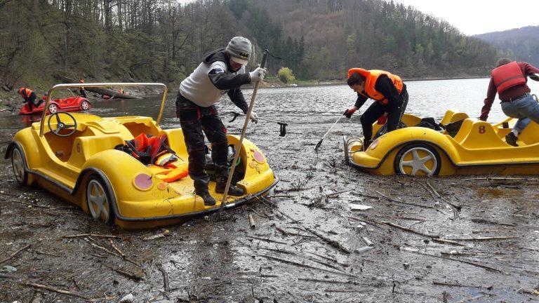 Ponownie ruszyli sprzątać Jezioro Bystrzyckie. Zebrali ponad 50 worków śmieci [FOTO]