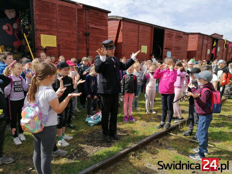 Lokomotywa Tuwima wjechała w Dzień Dziecka na tory Muzeum Kolejnictwa. Wiersz recytowało blisko 200 dzieci