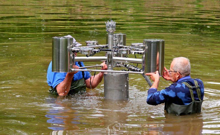 Pływająca fontanna czeka na uruchomienie