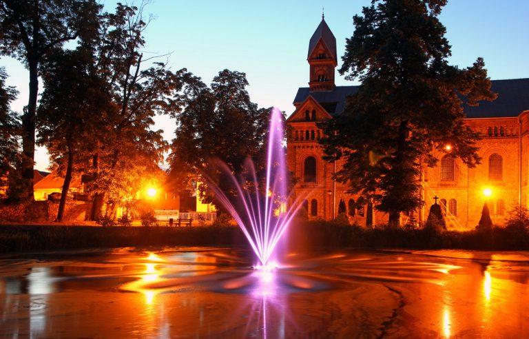 Pływająca fontanna uruchomiona. Barwny spektakl w Roztoce [FOTO]