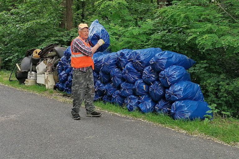 Znów uprzątnął góry śmieci. Waldemar Woźniak walczy z dzikimi wysypiskami mimo upału [FOTO]
