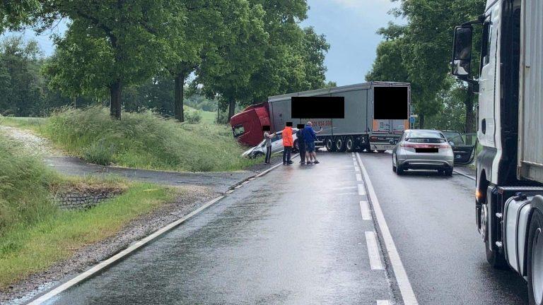 Ciężarówka zablokowała drogę ze Świebodzic do Dobromierza